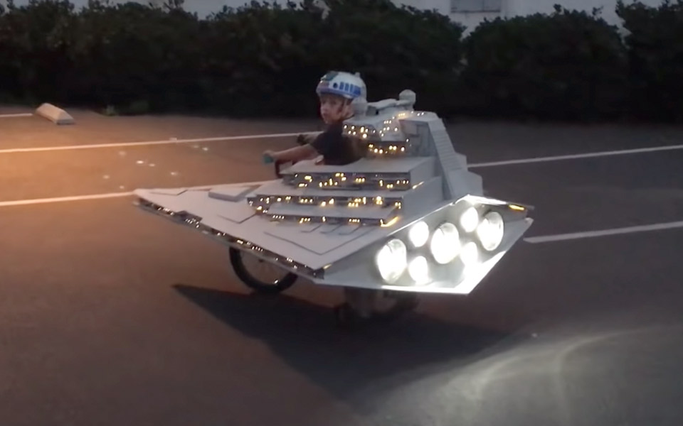 Far bygger Star Destroyer på sin søns cykel til Halloween